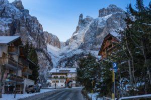 Straat skidorp Oostenrijk