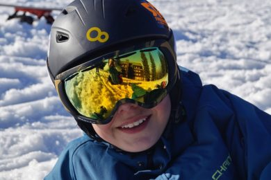 Kind met skibril