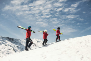 skiërs lopen op piste